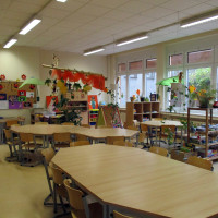 Sitzmöglichkeiten und an den Fenstern Rückzugsmöglichkeiten zum Ausruhen, Lesen und Spielen
